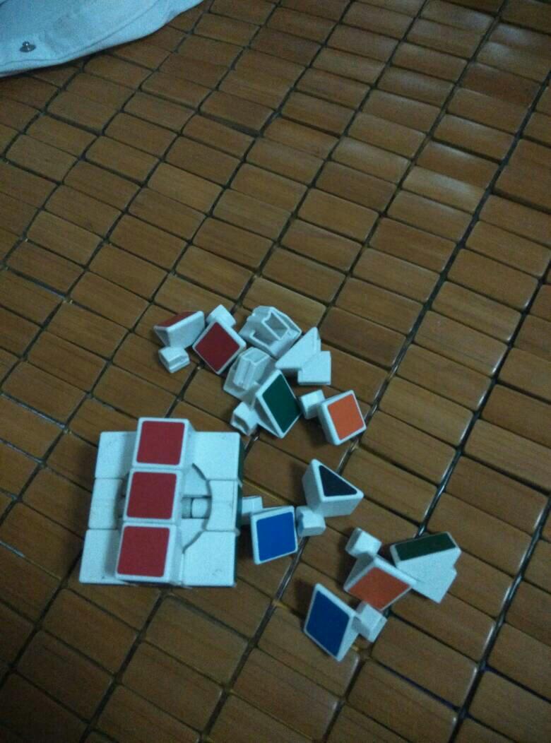 边是三角型的魔方怎么组装,拆了不会组了,求大