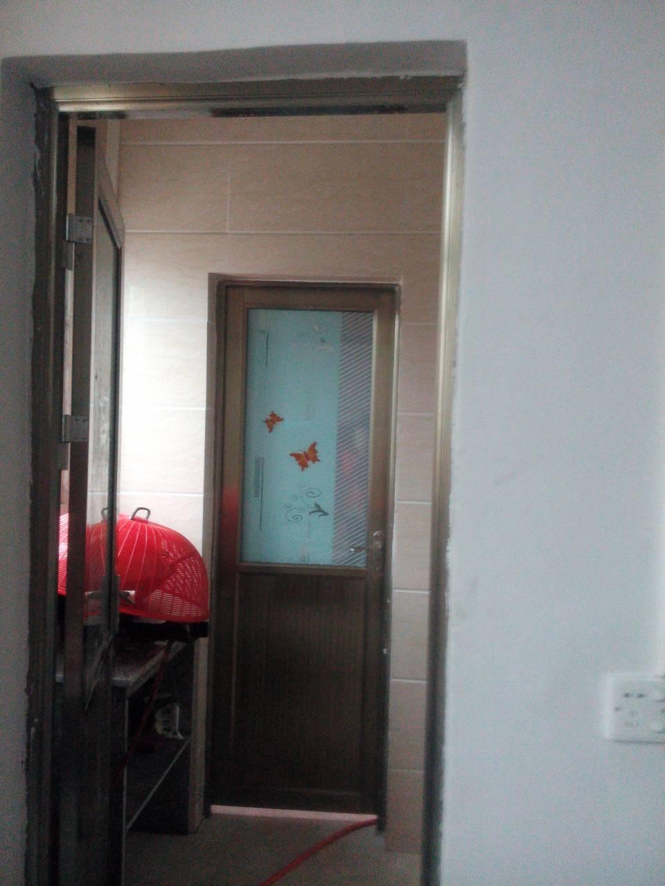 厕所门人体_我在客厅摆张床,正对着厨房和厕所的门,有什么妨碍吗?