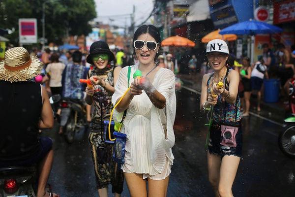 在缅甸如果女方没有和男方握手的意思,男方却主动伸出了手去握手,会怎么样?