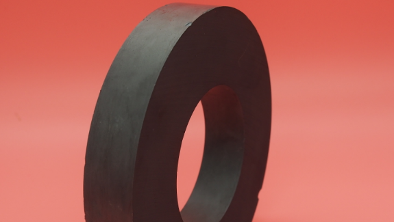 为什么一个磁铁吸在冰箱侧面可以几十年不掉?