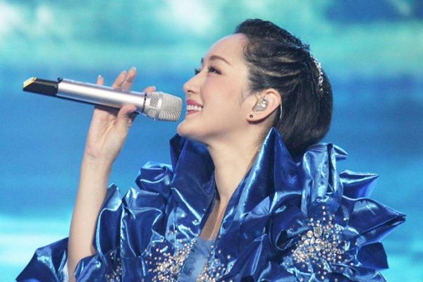 48岁杨钰莹法令纹暴露老态,女人都担心岁月把痕迹都留在脸上,如何才能有效抗皱呢?