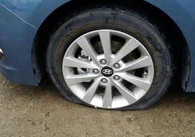 汽车轮胎没气开了十几公里,有影响吗?