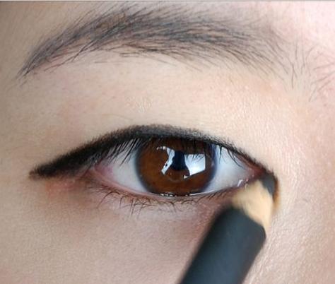 内双眼睛画眼线_厚单眼皮怎么画眼线_百度知道