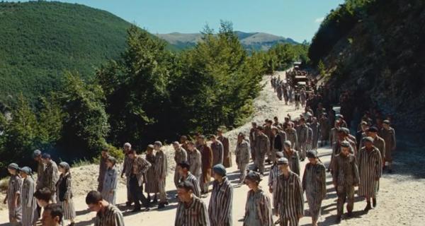 迈着沉重步伐的犹太人群