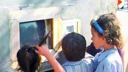 英国教授19年前在印度贫民区的墙上挖了个洞,神奇的事情发生了