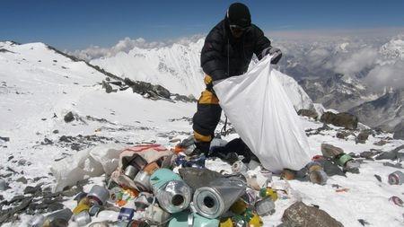 人类在珠穆朗玛峰上制造了多少垃圾?