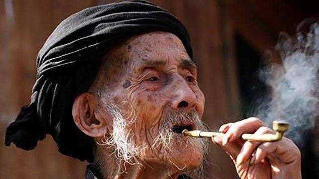 吸烟有害健康 减寿10年?长寿烟民现象怎么说?的头图