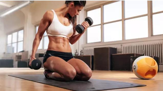 新手如何用一副哑铃在家完成增肌计划?男女适用