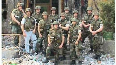 看着一地的砖头瓦块!1999年示威过后的美国与美国陆战队